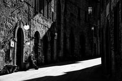 Italian Old man - la dolce vita (andrebatz) Tags: old man elder sire reading news paper sun bath italy italian toscana la dolce vita city medieval black white bw preto e branco senhor lendo cidade sol contrast contraste light ray nikon d7100 sigma lens pb