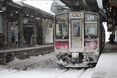YUKIGUNI   ---Snow country--- (Teruhide Tomori) Tags: eastjapanrailwaycompany jreast japan japon akita oumainline tohoku train railway railroad 701series 奥羽本線 東北 秋田県 鉄道 電車 ローカル線 列車 jr東日本 日本 秋田駅 akitastation snow winter