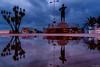 Reflejos (Carpetovetón) Tags: lluvia charcos reflejos estatua charco nikond200 nikon24mm castrourdiales cantabria españa
