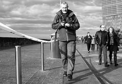 De frente (no sabemos cómo llamarnos) Tags: streetphotography street rue photoderue fotourbana fotocallejera fotógrafo photographer blancoynegro blackandwhite noiretblanc calle man homme hombre