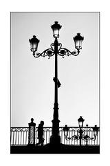 Puente de Triana - Sevilla (mgarciac1965) Tags: bn blackandwhite art light sevilla seville seviglia andalucía andalucia andalusia españa espagne spain nikon d5200 nikond5200 triana puente farola street city people bridge old