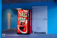 Durstig? (Markus Lenz) Tags: automat bildgestaltung blau cocacola ernährung farben fotografie getränke maschinengeräte objektegegenstände rot technik