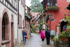Vacances_0361 (Joanbrebo) Tags: kaysersbergvignoble grandest francia fr hautrhin alsace canoneos80d eosd efs1855mmf3556isstm autofocus gente gent people streetscenes street carrers calles cityscape