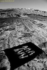 200. La Pared, Fuerteventura, diciembre 2012. (Jazz Sandoval) Tags: 2012 elfumador españa exterior blancoynegro blanco bn bw black blackandwhite contraste canarias curiosidad curiosity digital day dìa desierto fuerteventura gráfico white islascanarias ilustración jazzsandoval jable luz light letrero monocromática monócromo negro nero noiretblanc número paisaje sombras suelo