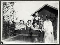 Archiv FaMUC262 Münchner Familie, Badetag im Bottich, 1920er (Hans-Michael Tappen) Tags: archivhansmichaeltappen brillenträgerin brille badesachen badezeug badeanzug badebottich fotorahmen garten outdoor 1920s 1920er