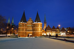 Lübeck im Schnee (Lilongwe2007) Tags: lübeck schleswig holstein deutschland holstentor wahrzeichen bauwerke architektur historische geschichte stadtbefestigung burg altstadt innenstadt