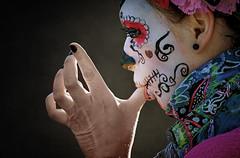 So macht man sich die Finger sauber (ellen-ow) Tags: finger frauen karneval streets deutschland hände hand women person mensch porträt ellenow nikond4 sigma50500