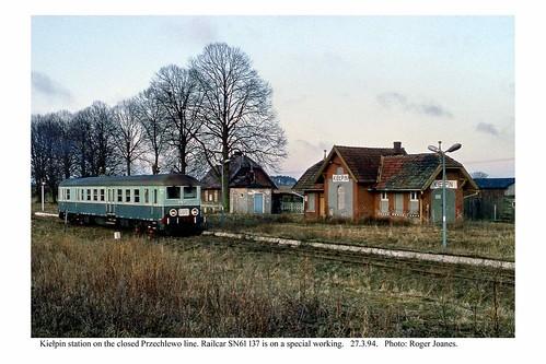 Kiełpin station on the closed Przechlewo line. Railcar SN61 137.  27.3.94.