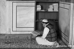 Reading Coran (Pepe Soler Garcisànchez) Tags: bn newdelhi jamamasjid india rx100m3 rx100iii bw delhi mezquita sonnar sony zeiss