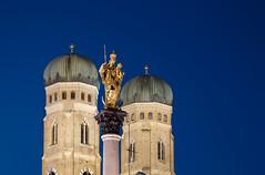 München blue hour (Maria_Globetrotter) Tags: 2017 2018 eu europe mariaglobetrotter photography trip dscf0521armin classic frauenkirche münchen munich marienplatz mariensäule blaue stunde blue hour abend evening liebfrauenkirche kirchturm maria
