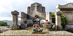 lieu de sépulture avec vue (rey perezoso) Tags: 2017 lesbauxdeprovence eu europa provence france day cementerio cemetery cimetière cruz cross croce flowers daylight
