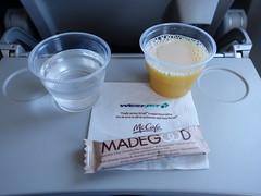 201802016 WS1203 LGA-YYZ refreshment (taigatrommelchen) Tags: 20180206 flyingmeals airplane inflight meal food drink refreshment economy wja westjet ws1203 b737800 cfpls lgayyz
