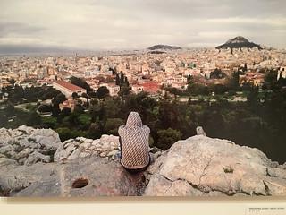 Jonge migrant kijkt vanaf de Akropolis naar de stad