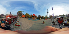 Hansa Park - Express und Hanse-Flieger 360 Grad (www.nbfotos.de) Tags: hansapark express parkbahn eisenbahn zug train hanseflieger kettenkarussell karussell 360 360gradfoto ricohthetas freizeitpark vergnügungspark themepark sierksdorf