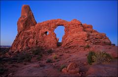 Arches Nationalpark (jeanny mueller) Tags: usa southwest moab archesnationalpark canyonlands arch sunrise bluehour landscape rock red utah turretarch