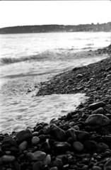 la mer (hugobny) Tags: argentique analogue pentax p30 smc 55mm f18 ilford hp5 caffenol cl la mer birelli lagrène menton plage