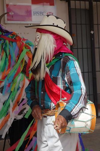 Voici le chef des chilolos avec son tambour