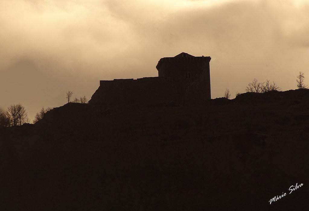 Águas Frias (Chaves) - ... silhueta do castelo de Monforte de Rio Livre ...