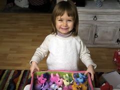 C'est mon anniversaire,j'ai eu  plein de cadeaux ... (LILI 296...) Tags: fillette maelys girl enfant birthday anniversaire jouets toys canonpowershotg7x