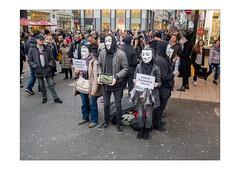 """La Vérité by MonFolio - Minorisée, muette, acculée, encerclée, menacée... ...et se croyant obligée d'acheter un masque dont une partie du prix échoit à une 'major' hollywoodienne"""", titulaire de la licence de marchandising du film Vendetta"""