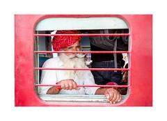 Passager gare de Jodhpur, Rajasthan, Inde-3501 (helenea-78) Tags: inde jodhpur photoderue streetphotography garedejodhpur gare train street voyageur passager turban