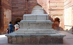 white marble tomb at qutub minar (kexi) Tags: delhi india asia family people visitors qutubminar tomb white marble red sandstone ancient islam muslim old history canon february 2017 instantfave