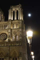 Notre-Dame, The Moon And A Street Lamp (ericgrhs) Tags: notredame paris church cathedrale kirche kirchturm streetlamp strasenlaterne night nacht moon mond france frankreich