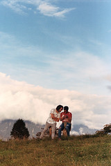 (intivisible) Tags: film 35mm analog analogic analógica prakticamtl3 portra400 couple pareja candid peoplephotography