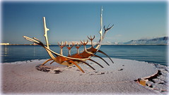 Golden Sólfar (Reykjavik, Iceland) (armxesde) Tags: pentax ricoh k3 island iceland reykjavik winter schnee snow sólfar sunvoyager sonnenfahrt skulptur sculpture golden wasser water atlantik atlantic ocean bay bucht faxa