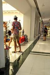 turista (luyunes) Tags: gente turismo cidade shopping colorido cor verão motozplay luciayunes