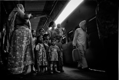 A family waits for the train, India 1994 (rvjak) Tags: india inde asia asie family famille mère mother enfants kids f3 nikon black white noir blanc bw platform train quai fv10
