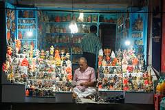 Des hommes et des Dieux . Varanasi Men and gods... (geolis06) Tags: geolis06 asia asie inde india uttarpradesh varanasi benares street rue road vendeur seller streetseller olympus olympuscamera statue god dieux banaras