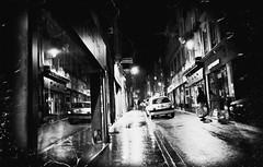 Metz...Dans les rues de la ville... (De l'autre côté du mirOir...) Tags: rue metz street urban voiture personnes monochrome nikon nikkor d700 nikond700 240700mmf28 fr france french lorraine moselle 57 noiretblanc noirblanc blackwhite bw négroyblanco