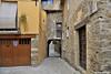 Blason. (Howard P. Kepa) Tags: cataluña girona besalù blason arco adoquines empedrado casasdepiedra cascoantiguo garaje balcon puerta