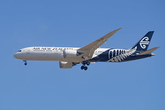 Air New Zealand | B787 | ZK-NZL (Anthony Kernich Photo) Tags: airnewzealand anz boeing boeing787 boeing7879 dreamliner b789 airplane aircraft airplanepicture airplanephotograph airplanephoto adelaide adelaideairport closeup zoom longlens plane aviation jet olympusem10 olympus olympusomd commercialaviation planespotting planespot aeroplane flight flying airline airliner kadl kpad adl airport raw ypad livery star 787 7879 widebody zknzl