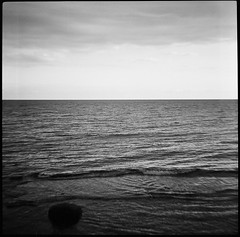 il liberismo ha i giorni contati (bulgaria 02) (juri_kid_a) Tags: 2017 bulgaria november novembre nessebar marnero blacksea sea mare water acqua landscape paesaggio horizon orizzonte blackwhite biancoenero blackandwhite bw bn bianconero medioformato mediumformat 6x6 120 nature natura diana lomo lomography ilford film filmcamera pellicola rullino analogica analogico analogue