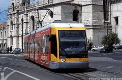 Europa, Portugal, Lisboa (Lissabon), Belém, Rua Bartolomeu Dias Ecke Largo dos Jerónimos (Bernhard Kußmagk) Tags: europe europa portugal lisboa lissabon lisbon lisbonne carris strasenbahn tram tramway streetcar trolley tramm tranvía villamos tramvia sporvogn tramvaj spårvagn trikk tramvai tranvia bonde elétrico tramvay raitioliikenne sporvei spårväg трамвай τραμ 路面電車 노면전차 有軌電車 电车 kusmagk kussmagk bernhardkusmagk bernhardkussmagk carroseléctricosdelisboa 900mm schmalspur narrowgauge gelenkwagen niederflurwagen largodosjerónimos belém niederflurgelenkwagen ruabartolomeudias
