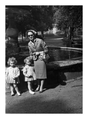 Villa Borghese 1957 (47) (dindolina) Tags: photo fotografia blackandwhite bw biancoenero monochrome monocromo family famiglia history storia marialaviniabovelli villaborghese roma rome italy italia gemelle twins 1957 1950s annicinquanta fifties vintage