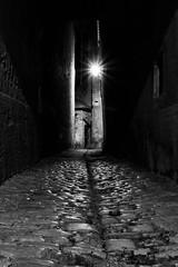 Accueillant... (Mare Crisium) Tags: noir et blanc black white ruelle nuit sombre dark obscur night alley pavé pavement ligth lumière étroit narrow medieval