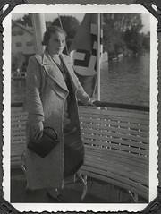 Archiv FaMUC240 Münchner Familie, Boot auf dem Starnberger See, 1930er (Hans-Michael Tappen) Tags: archivhansmichaeltappen drittesreich nazideutschland boot bootsfahrt familienfoto sitzbank starnbergersee kleidung hut damenmantel outfit mode handtasche frisur 1930s 1930er portrait porträt