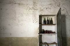 Caccia al tesoro / Abandoned farmhouse (Cristianella) Tags: conserva pomodoro tomato sauce oil olio abandoned abbandonato farmhouse casa colonica mansion