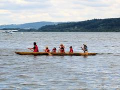 En famille ! (jean-daniel david) Tags: lac lacdeneuchâtel yverdonlesbains suisse suisseromande eau ciel nuage personne canoë bateau avion hydravion