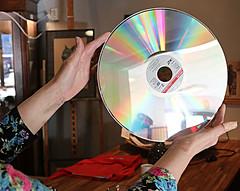 Laserdisk (Steenvoorde Leen - 6 ml views) Tags: doorn 2018 utrechtseheuvelrug kringloopwinkeldoorn laserdisk disk record handen hands