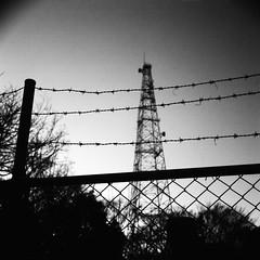 フェンス、有刺鉄線 (frenchvalve) Tags: フェンス 有刺鉄線 fence tower film monochrome bw zeissikon superikonta 53016 tessar 28mm f28 fujifilm acros100