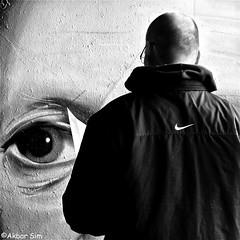 THE EYE OF THE PHOTOGRAPHER (Akbar Simonse) Tags: delft holland netherlands nederland streetart graffiti urbanart zwartwit bw blancoynegro bn monochrome people candid streetphotography straatfotografie vierkant square akbarsimonse near nike hetoogvandefotograaf
