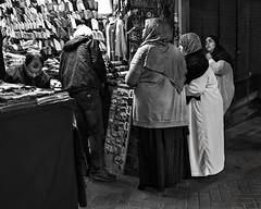 Tanger- in eligendo bn (Joaquín Mª Crespo) Tags: byn blackwhite bw blancoynegro blackandwhite monocromo markets málaga callejeo calle claroscuro noche night women streetphoto street sistemax fuji x100t morocco marruecos tanger medina kasbah hiyab
