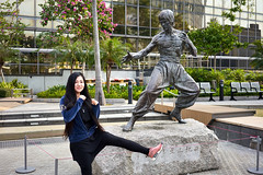 Jan 01, 2018 (pavelkhurlapov) Tags: girl brucelee statue kowloon photosession streetphotography candid