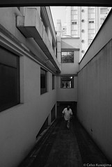 Perspectiva (Celso Kuwajima) Tags: canoneos5 epsonv800 silverfastai ilfordxp2super 1116mmf28 20171135 reflection building tokina people analogphotography architecture perspective bw sãopaulo brazil br