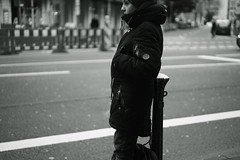 waiting (Amselchen) Tags: people street streetphotography mono monochrome bnw blackandwhite city düsseldorf germany bohke blur dof depthoffield season winter sony a7rii alpha7rm2 zeiss carlzeiss sonnart1855 sonnar5518za fe55mmf18za sonyilce7rm2