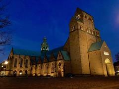 Dom in Hildesheim (hibf_2004) Tags: cathedral beleuchtung lights blue evening blauestunde iphone8 hibf2004 kirche dom nachtaufnahme hildesheim